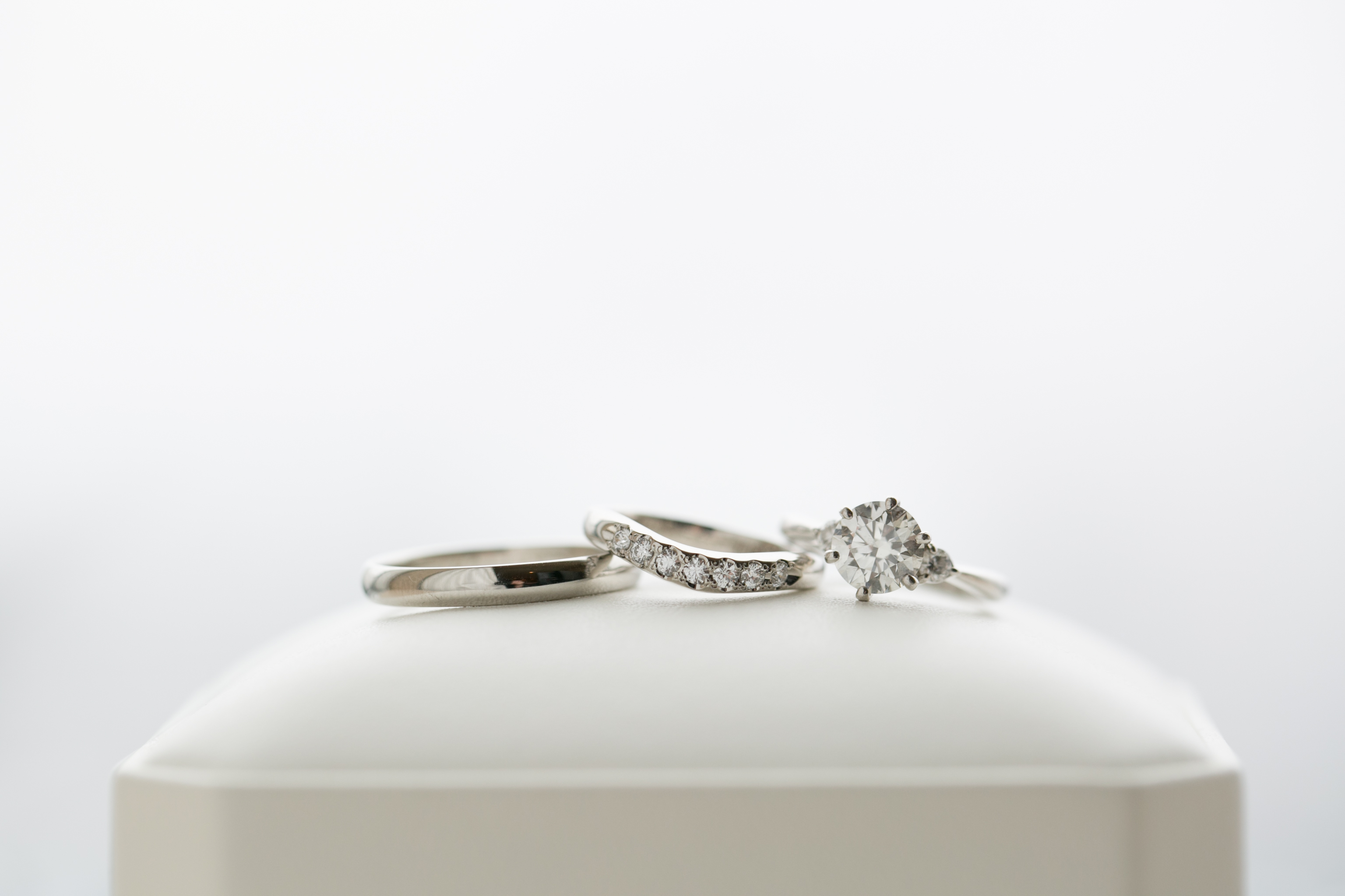 [左」南 慶一さん(33歳/金融関連会社)の結婚指輪[中」知世さん(29歳/金融関連会社)の結婚指輪[右]婚約指輪