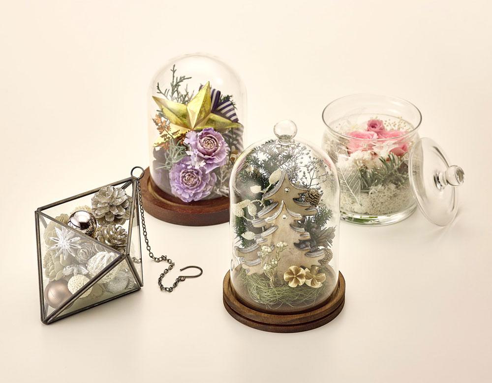ガラス容器の中に、花やオーナメ