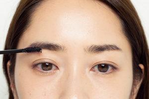 4.透明の眉マスカラで左眉は毛