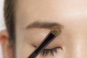 4.毛のある眉頭は明るいブラウ