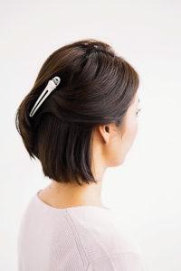 耳の中間より下の髪を全て外巻き