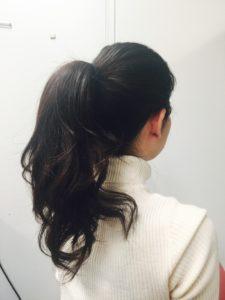 1.髪を巻いたあと、高めの位置