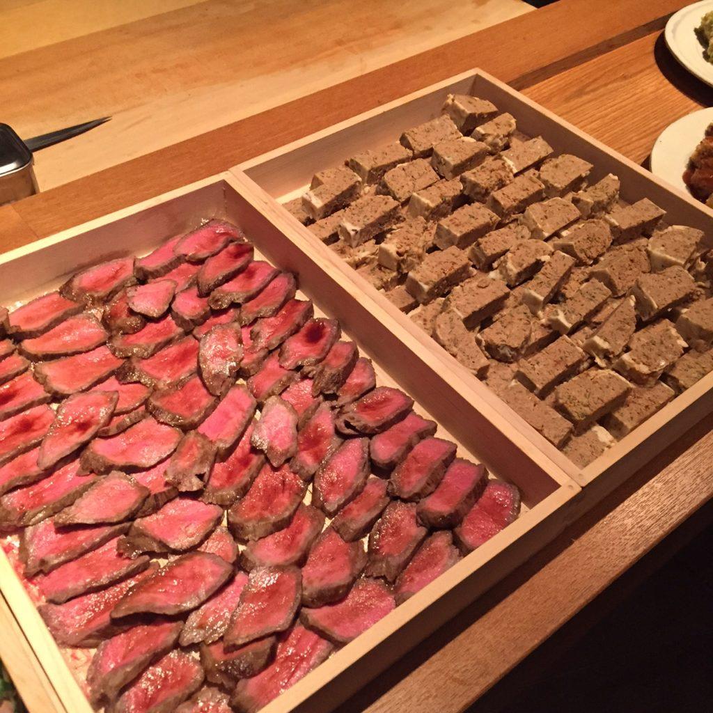 続々現れるお肉メニューに興奮しっぱなし! こちらは厚切りローストビーフとミートローフ。