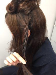 2.こめかみの髪をとり、三つ編