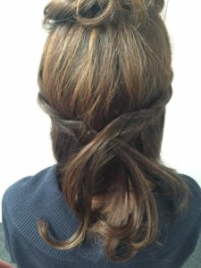 5.同じ要領で、右側の髪も三つ