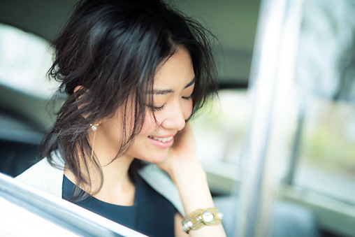 HAIR:しっかりカールを作ってから低めのハーフアップにすれば、触れたくなるようなふんわり感に。顔周りにも後れ毛を残して。