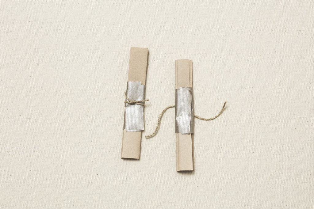 3.1に2の紙を巻き、麻紐を結