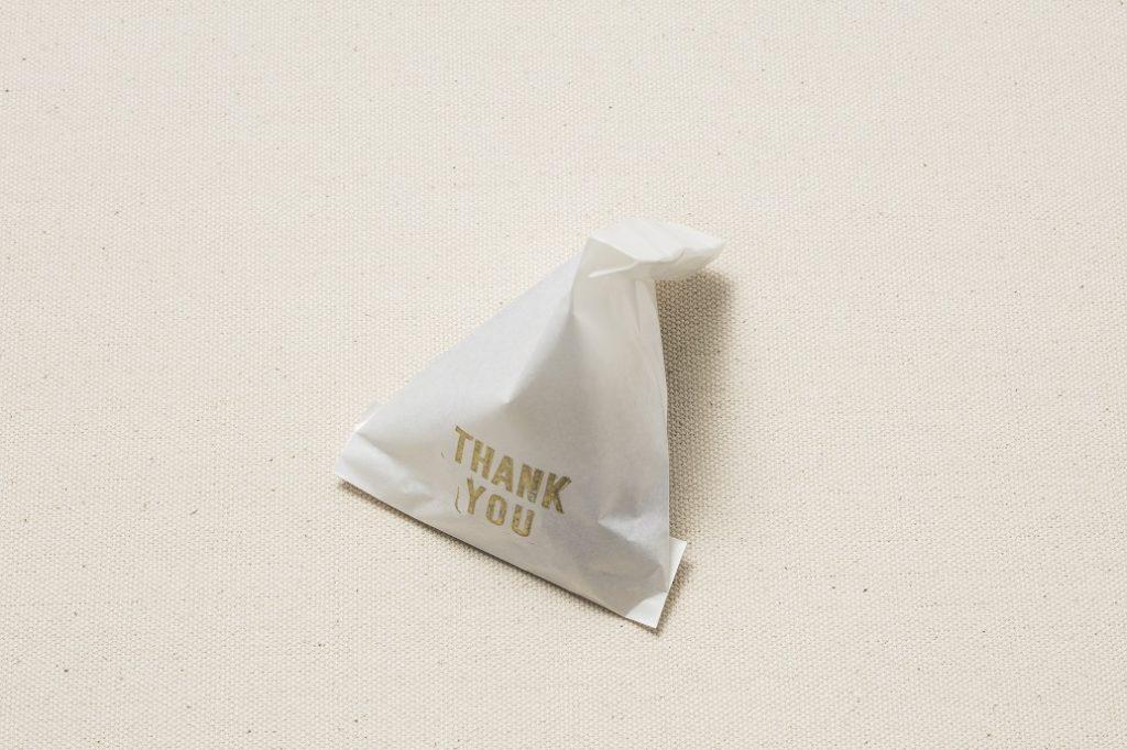 2.1の紙袋にプチギフトを入れ