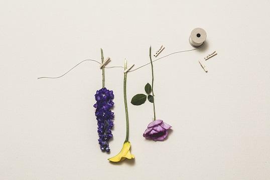 生花を等間隔で彩りよく並べ、ウ