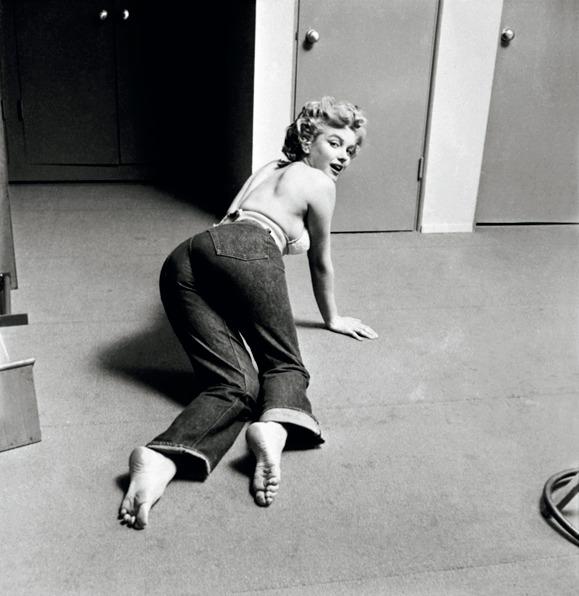 永遠のセクシーアイコン、マリリン・モンロ ーはデニム愛好家としても有名。リーバイス 初のウィメンズモデル701を愛用し、女らし さを強調した着こなしで世間を魅了しました。