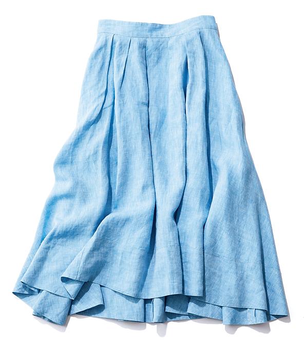 爽やかなサックスブルー。ボリューム大のバックテールデザイン。スカート¥19,000(マイストラーダ)