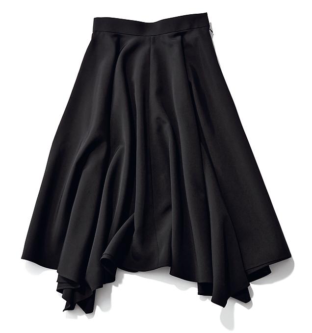 落ち感素材のイレギュラーヘムスカート¥35,000(フォンデル/デミルクス ビームス 新宿)