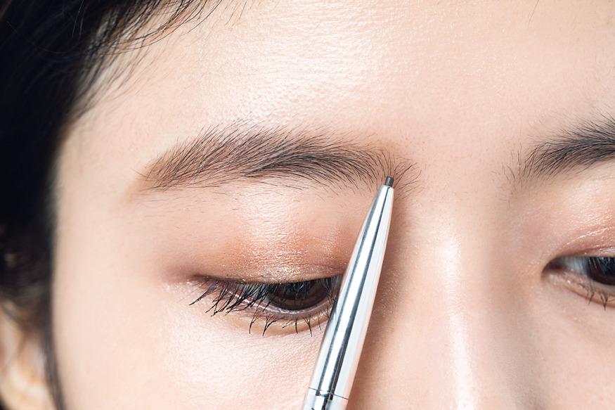 眉毛をパウダー一色で仕上げてい