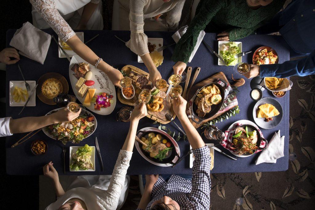 ヘルシーなサラダから ボリューム満点のグリル料理まで楽しめる