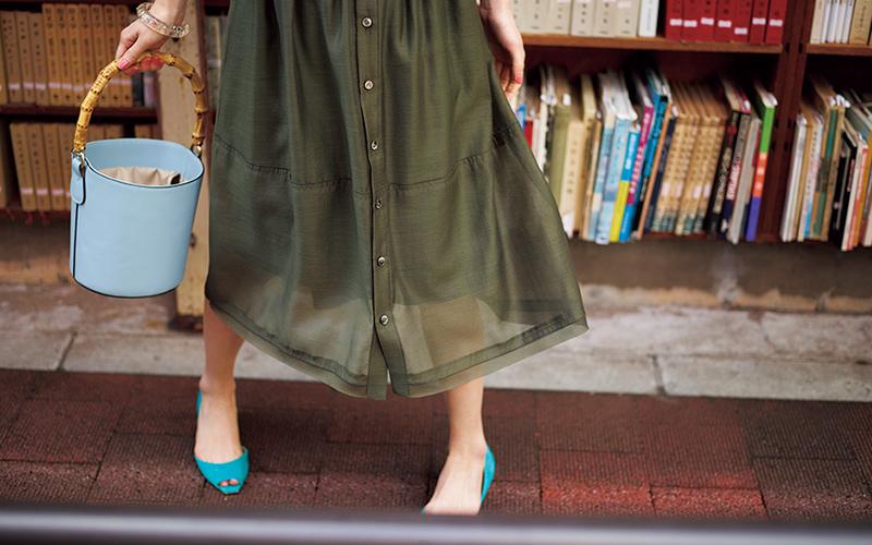 スカートが大人っぽいのはカーキ