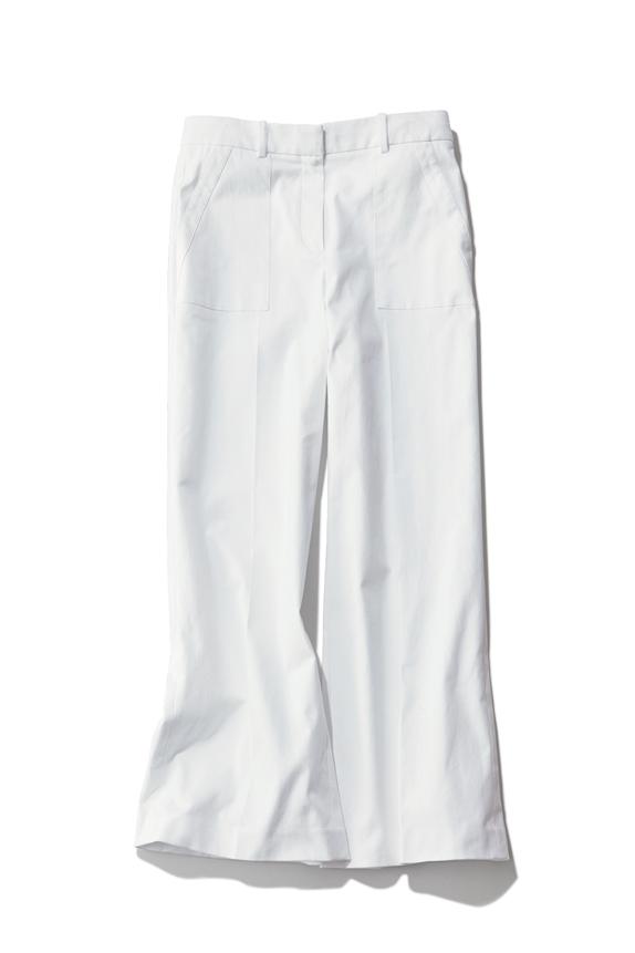 白が持つ清潔感に紺の端正さをプ