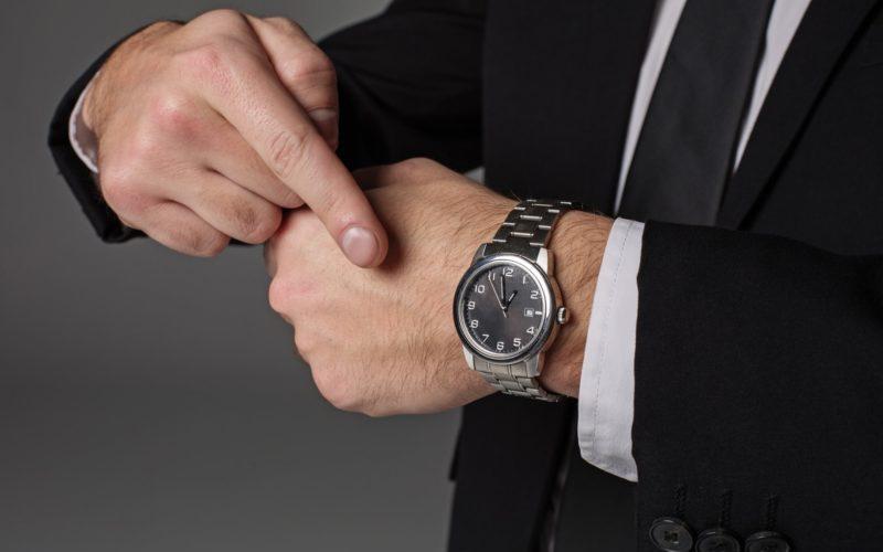 高級時計をつけている