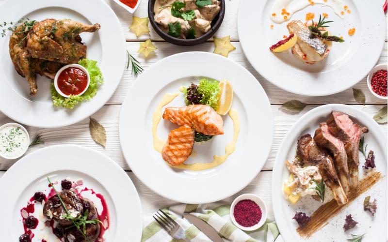 (2)料理の種類によって別々のお皿に取り分ける