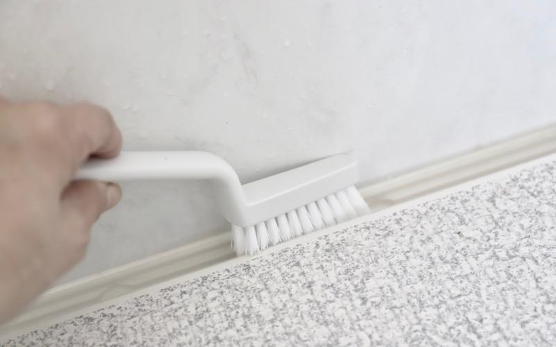 柄の角度が絶妙だから、溝の掃除もストレスフリー