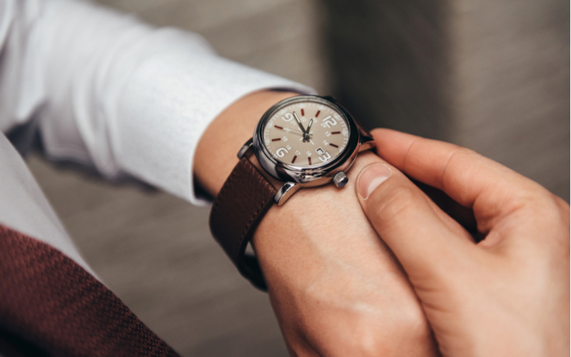 やけに腕時計を自慢してくる男性