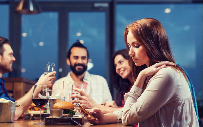 全員ドン引きだから!飲み会で男性に引かれた、アラサー女子のトンデモ行動4選