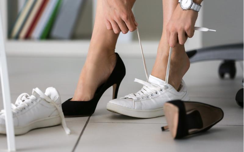 2.会社に着いたら靴を履き替える