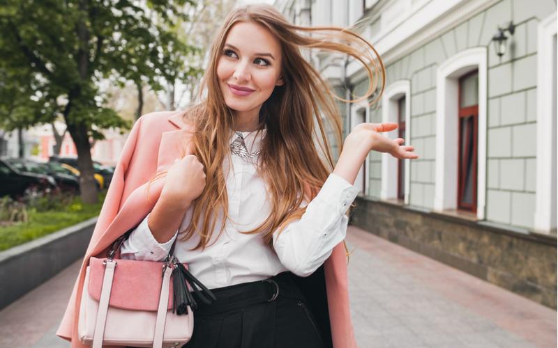 (1)出社時と退社時の服装や髪型が違う女性