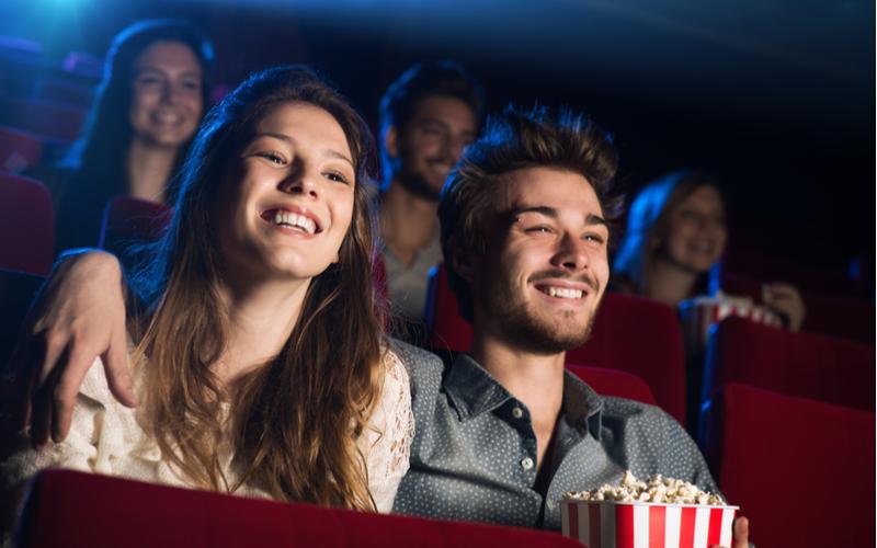 3.景色の綺麗な場所や映画館など暗い場所