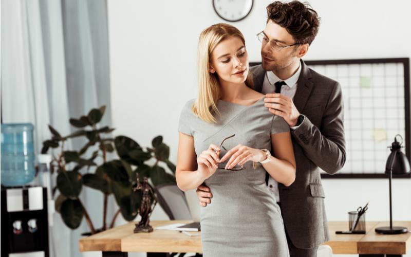 「コレは疑われるよね…」社内で不倫するカップルの特徴3つ