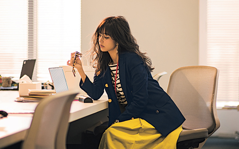 王道の紺ブレ×ボーダーがイエロースカートで最旬コーデに【今日のコーデ|着回しDiary】