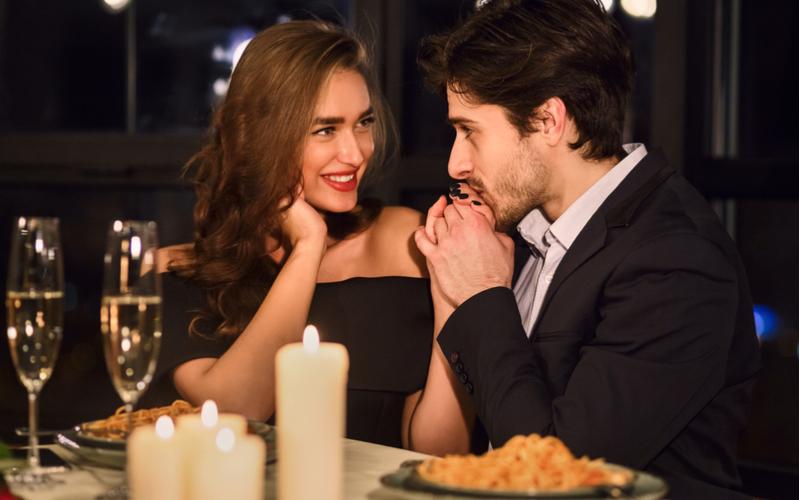 「俺の彼女かわいすぎ!」アラサー彼女にべた惚れな彼氏のあるある行動4つ