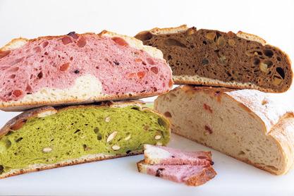巨大なパンを切り分けるスタイル
