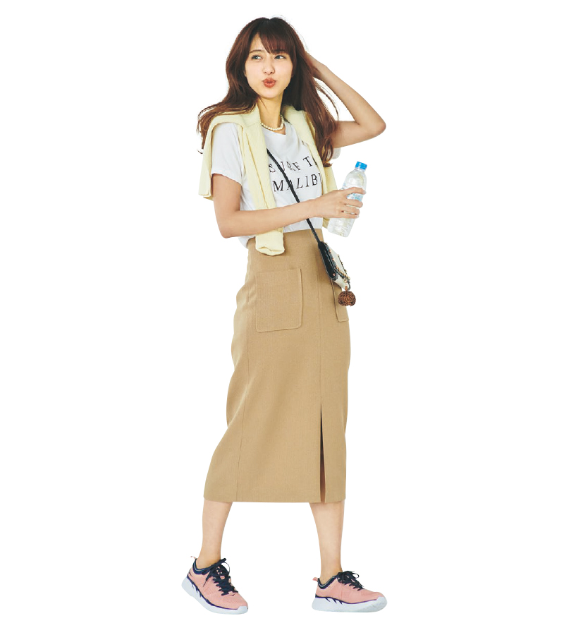 レディなタイトスカートはロゴT&スニーカーでほど良くカジュアルダウン【今日のコーデ|着回しDiary】