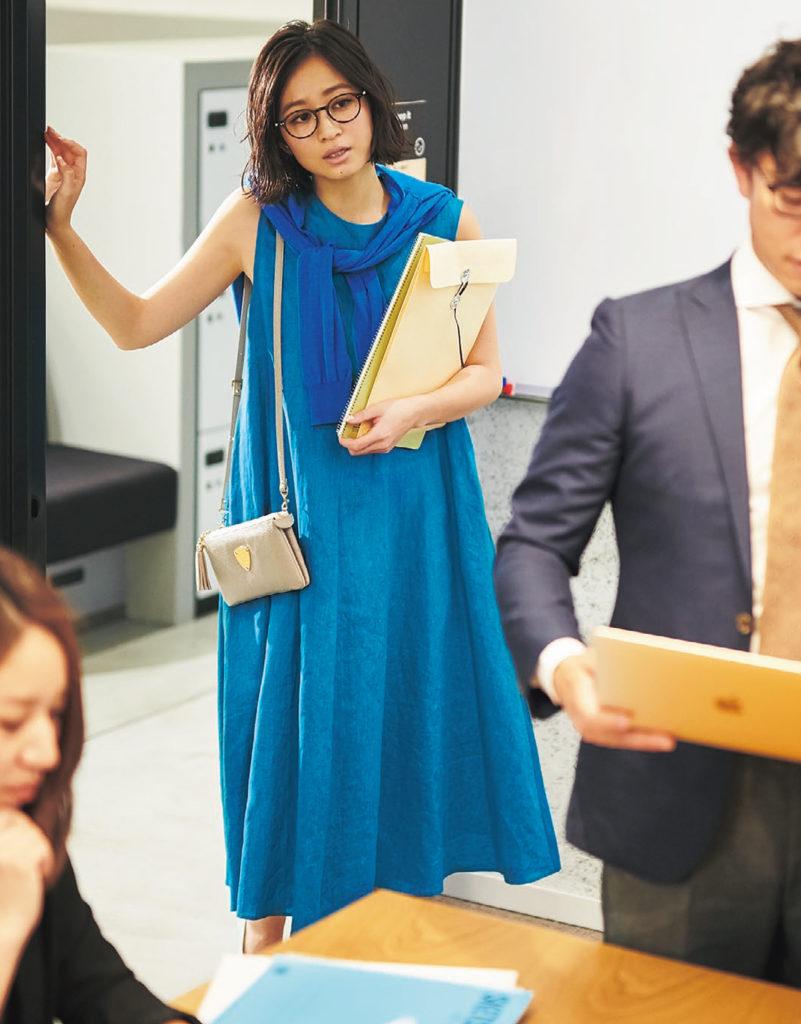 ワンピに肩掛けの定番スタイルをブルー オン ブルーで上級者っぽく【今日のコーデ|着回しDiary】