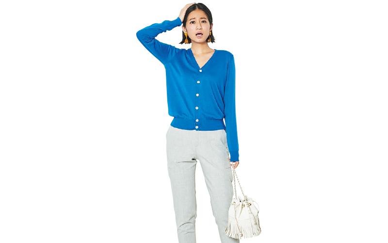 Vネックカーデを素肌に一枚で…シンプルな女らしさが際立つ着こなしです【今日のコーデ|着回しDiary】