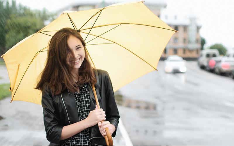 「会社を出たところで、強めの雨