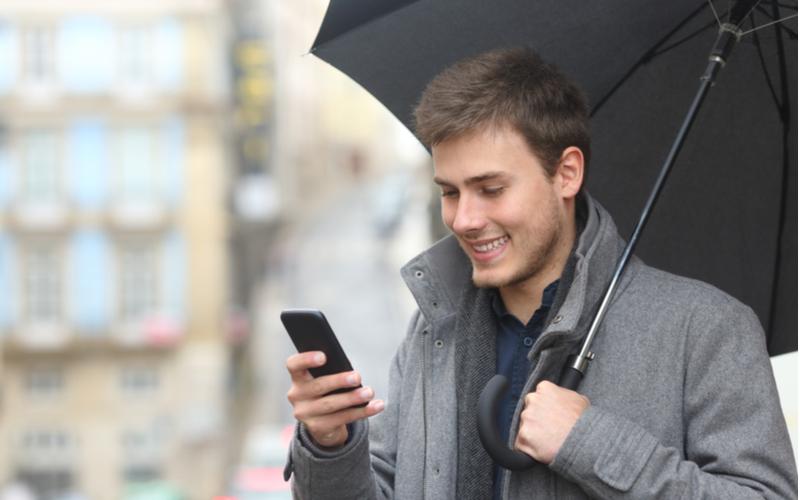 「傘持って迎えに行こうか?」彼氏が喜ぶ彼女からの雨の日限定LINE4選