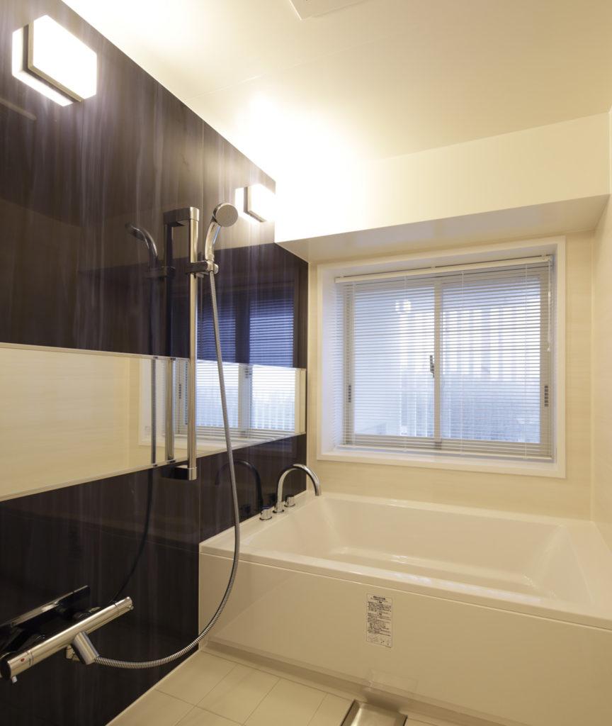 客室内のバスルームには広めのバ