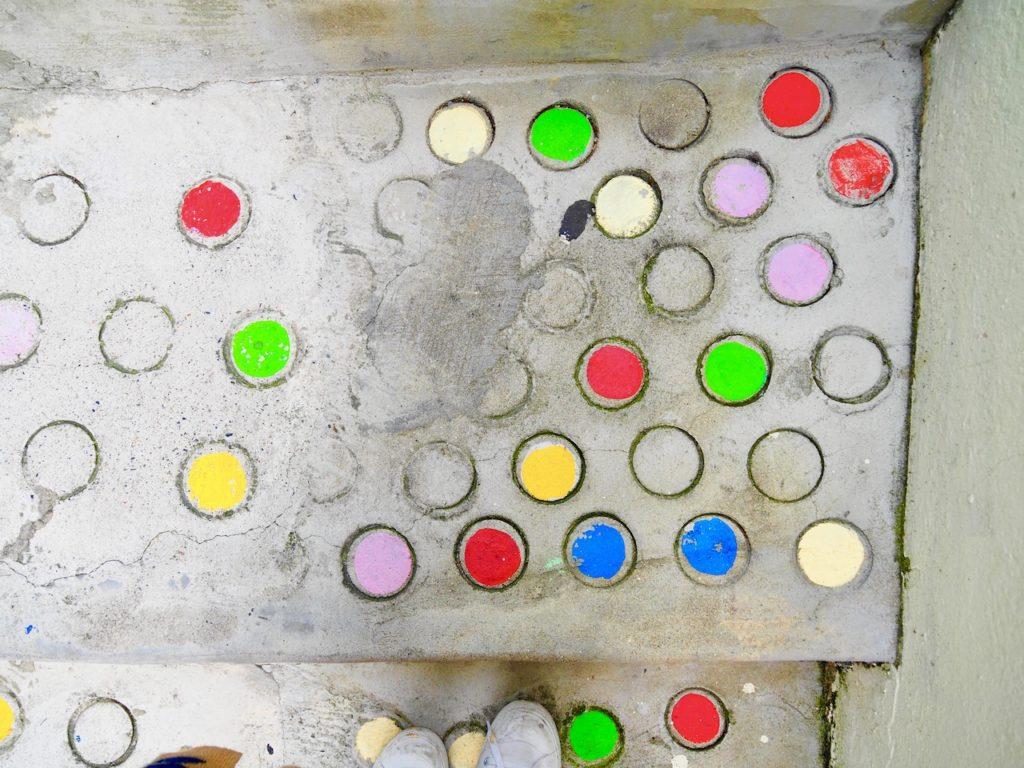 階段一段一段に装飾されたドット