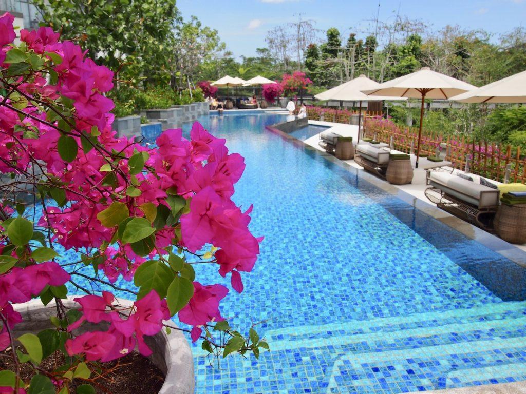 蒸し暑いバリ島では、プールは欠