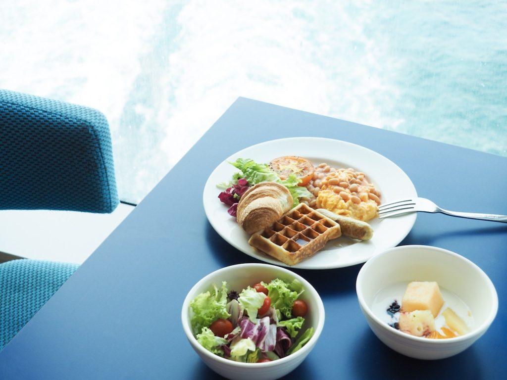朝食は、ビュッフェ形式のレスト