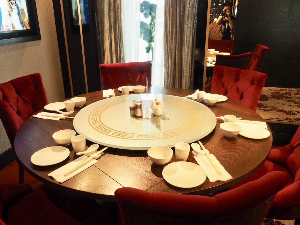 ディナーは、⻄洋料理・アジア料