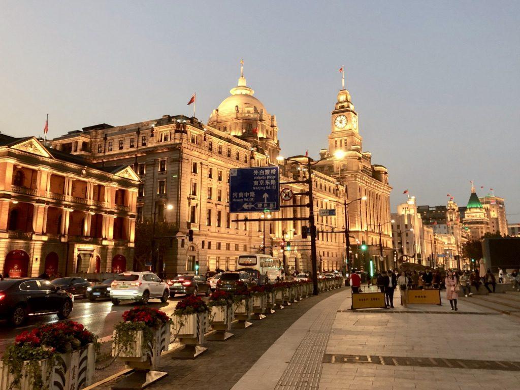川沿いに並ぶヨーロッパ式建築は