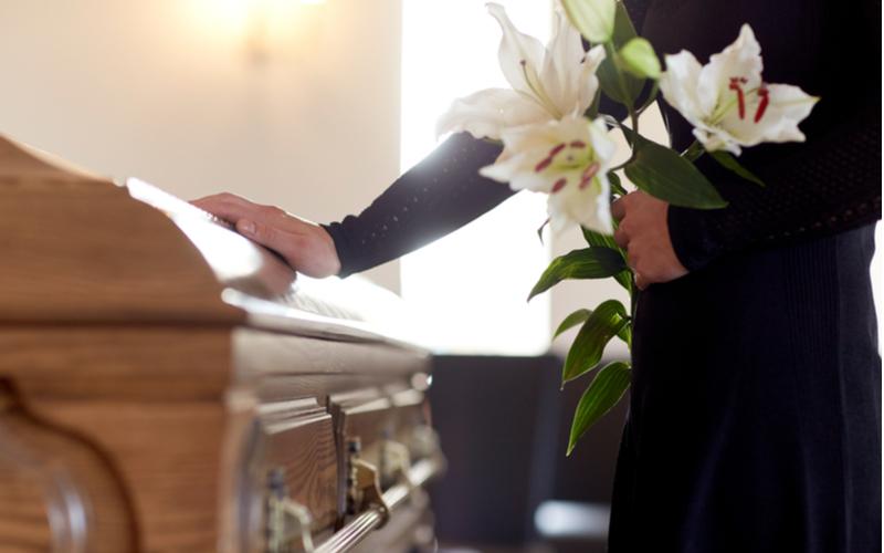 「亡くなった人を弔って(とむら