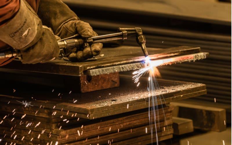 鉱石から金属を取り出して、精錬
