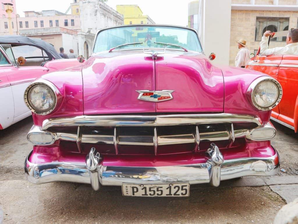 「このピンクのクラシックカーは