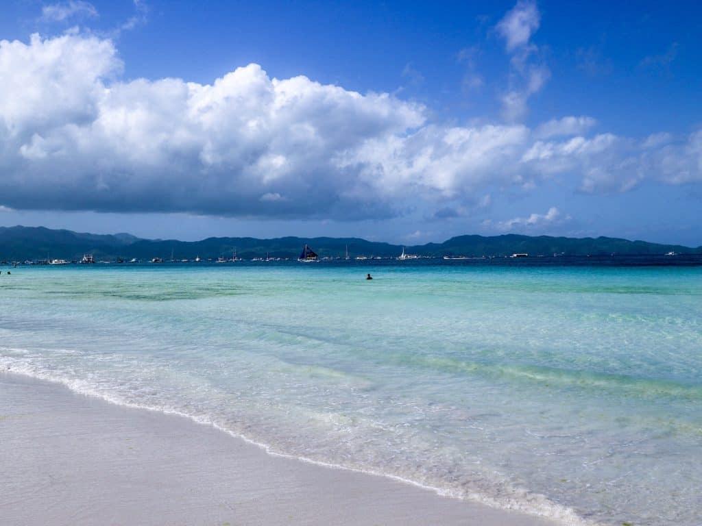 ボラカイ島といえば、白い砂浜に