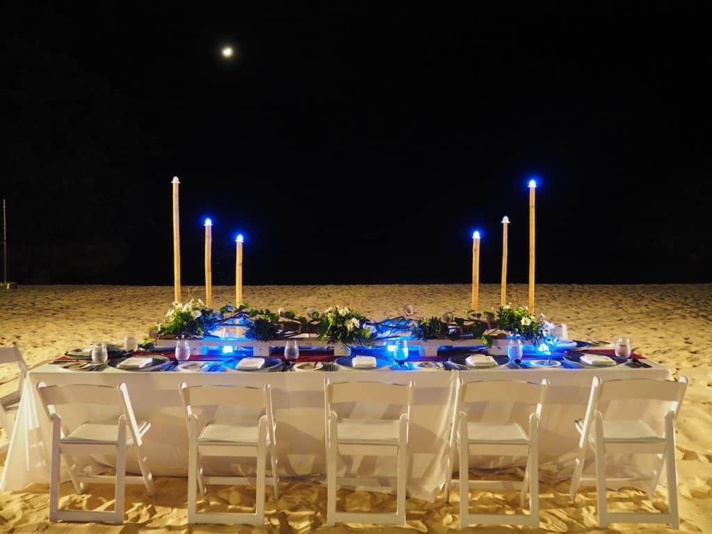 夜はホテルのビーチでディナー
