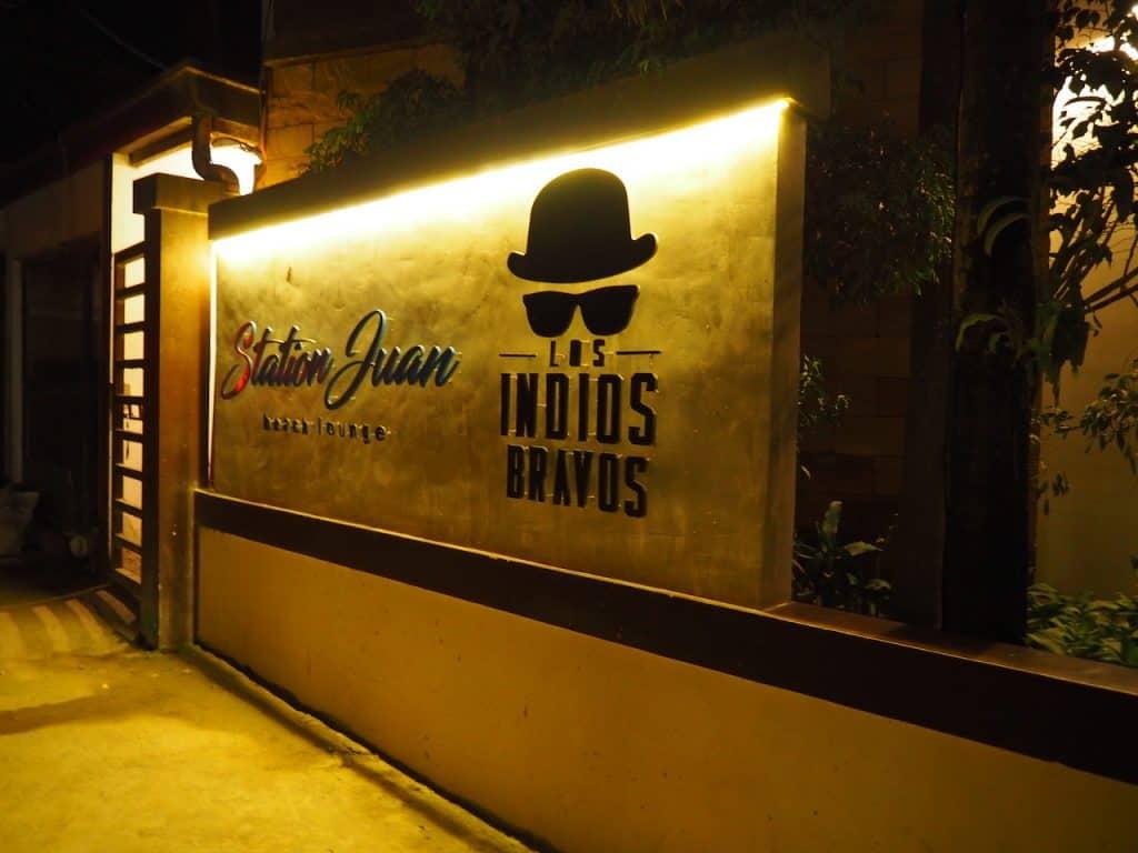 夜は街で人気のバーレストラン「