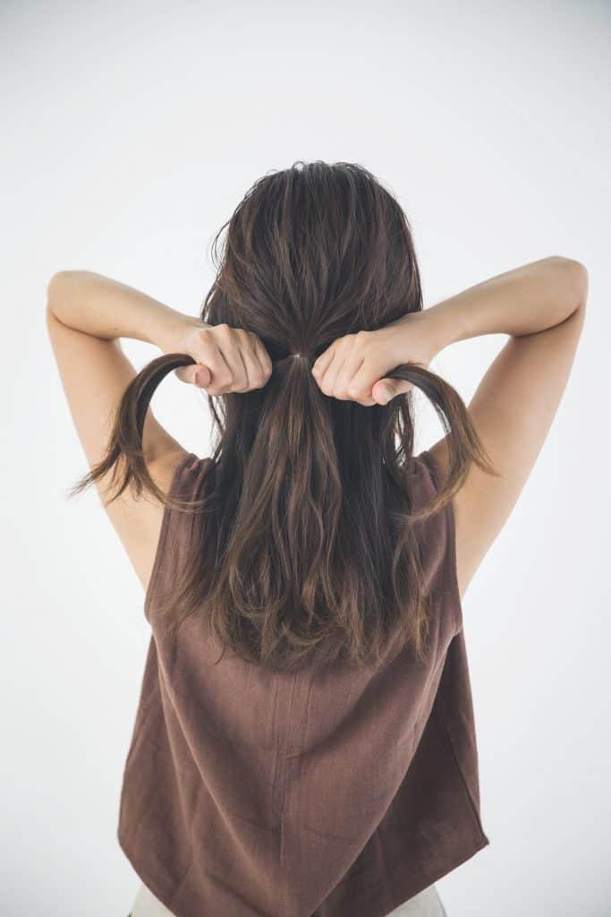 手ぐしで髪の表面の毛だけをすく
